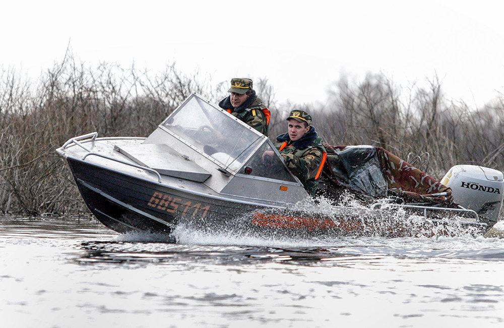 Сотрудники милиции патрулируют Припять на быстроходном катере
