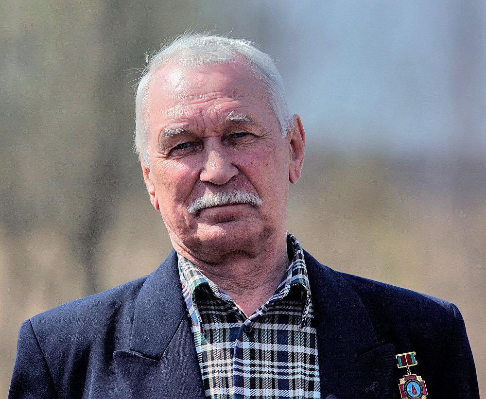 Один из ликвидаторов во время экскурсии по зоне на 20-летие аварии на Чернобыльской АЭС
