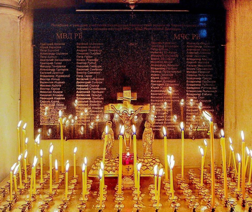 Церковь в честь иконы Божьей Матери Взыскание погибших. Свечи перед мемориальной доской сотрудников МВД и МЧС, погибших и умерших в результате облучения