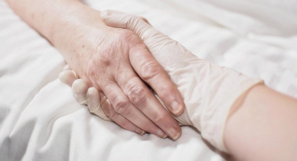 Ārsts tur pacienta roku. Foto no arhīva