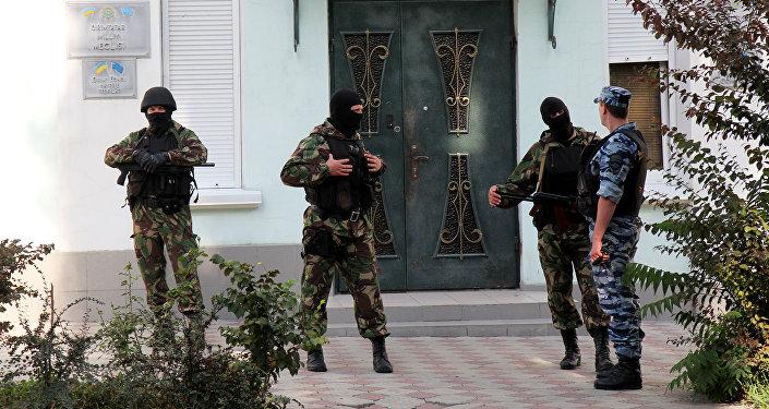 Сотрудники правоохранительных органов около центрального офиса крымско-татарского меджлиса