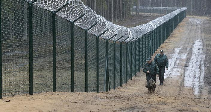 Пограничники с собакой патрулируют границу Латвии и России