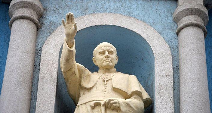 Статуя Папы Римского Иоанна Павла II. Архивное фото