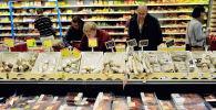 Покупатели в магазине, архивное фото