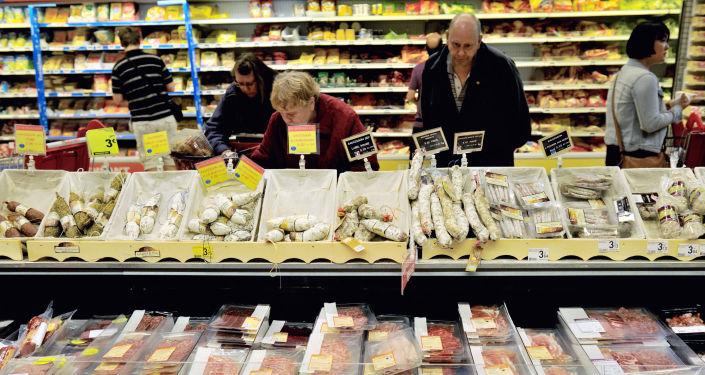 Покупатели в магазине Ашан во Франции