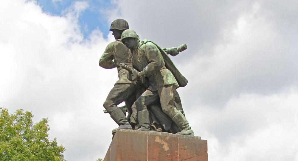 Памятник советским воинам в Варшаве
