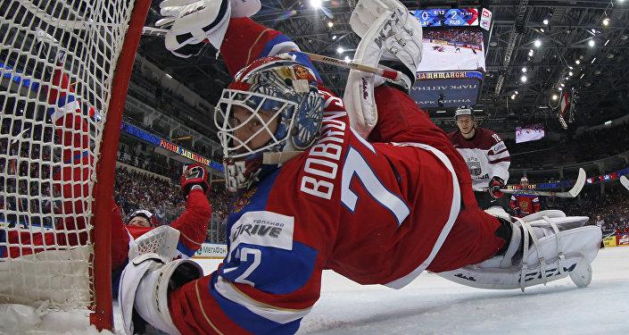 Вратарь сборной России Сергей Бобровский в матче группового этапа чемпионата мира по хоккею между сборными командами Латвии и России.