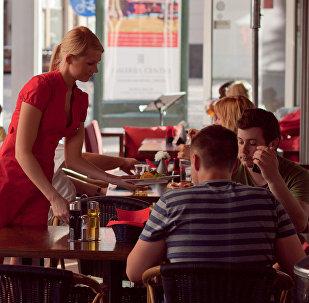 Viesmīle kafejnīcā