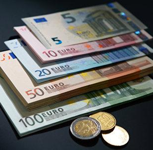 Eiro naudaszīmes un monētas
