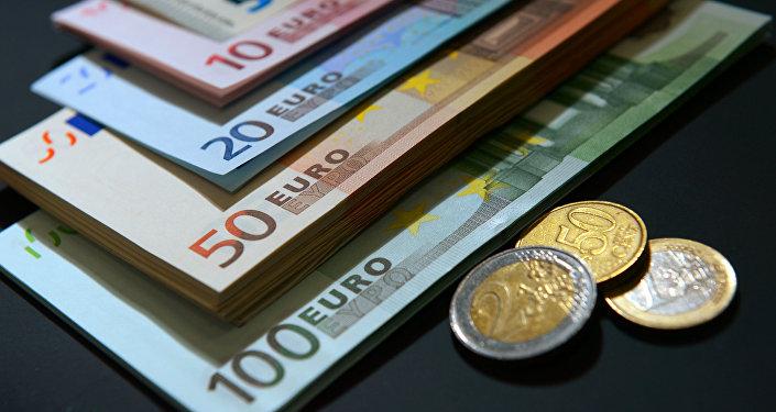 Eiro - dažāda nomināla banknotes un monētas. Foto no arhīva