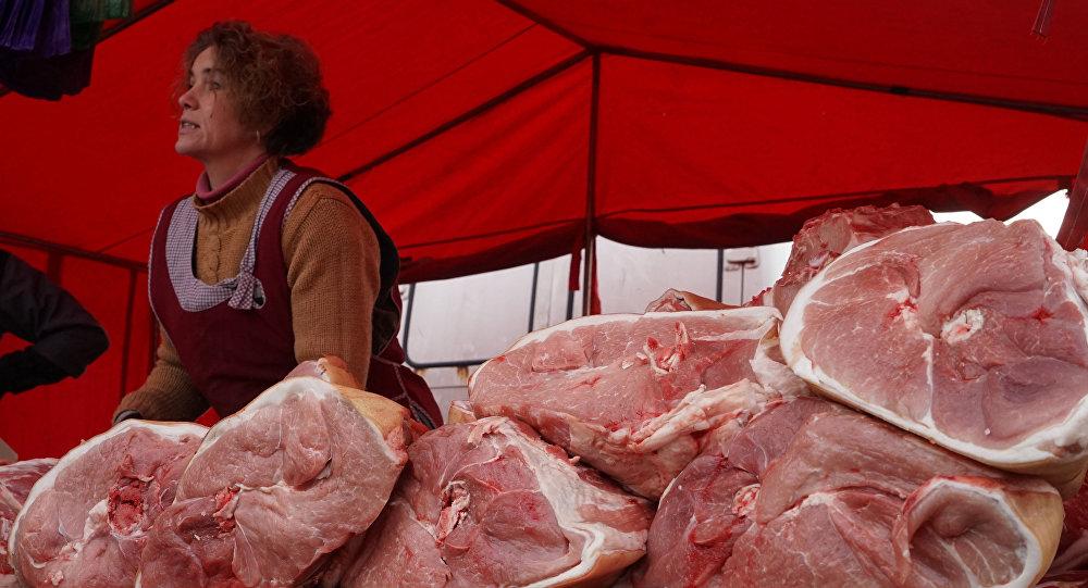 Gaļas pārdevējs tirgū.