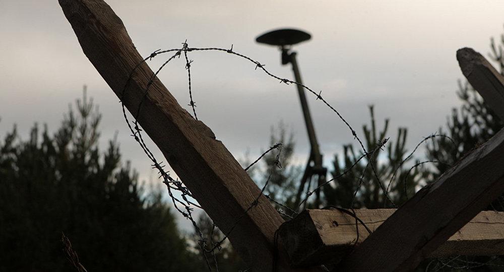 Колючая проволока и заграждение на полигоне Адажи, архивное фото