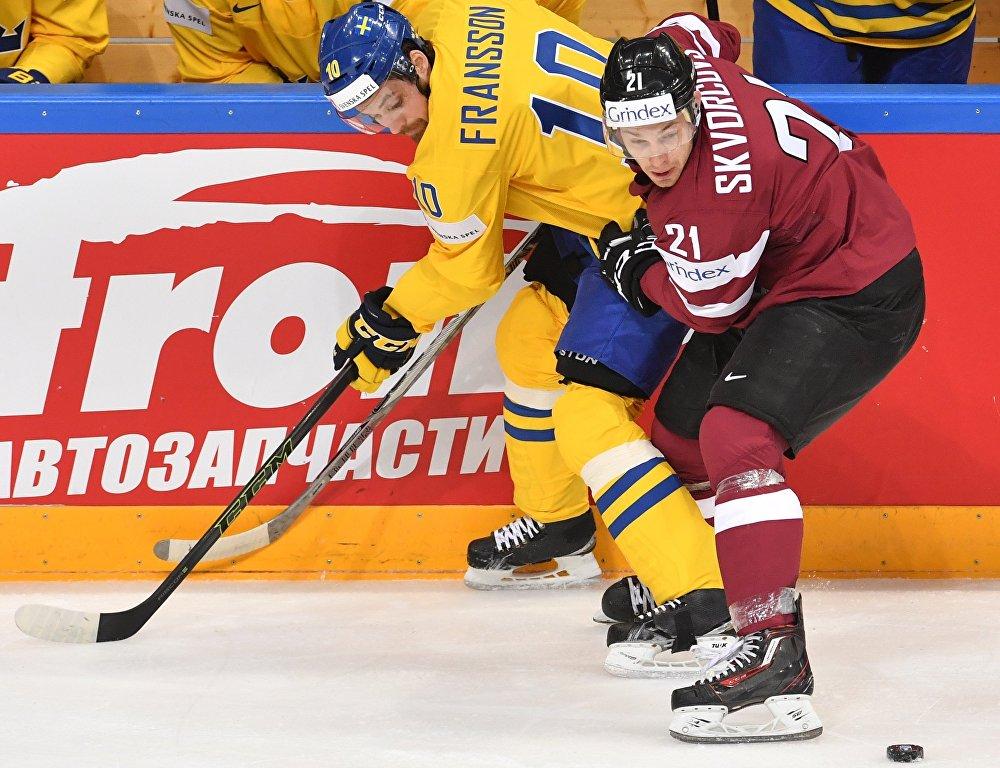 Игрок сборной Швеции Юхан Франссон (слева) и игрок сборной Латвии Гунарс Скворцов
