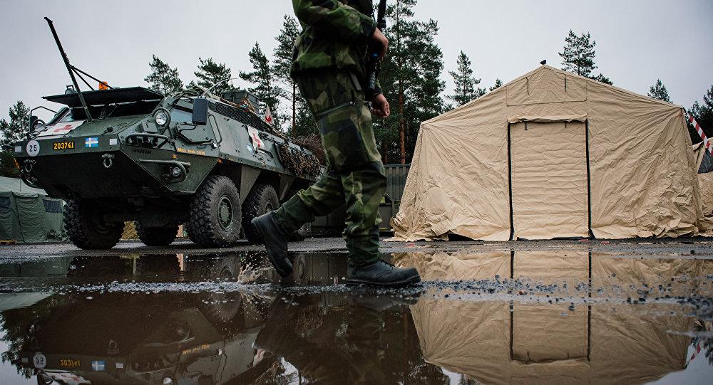 Солдат ВС Швеции возле Patria XA-360 AMV. Архивное фото