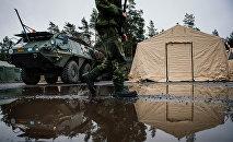 Солдат ВС Швеции возле Patria XA-360 AMV