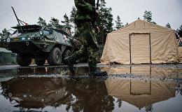 Zviedrijas bruņoto spēku karavīrs pie Patria XA-360 AMV. Foto no arhīva