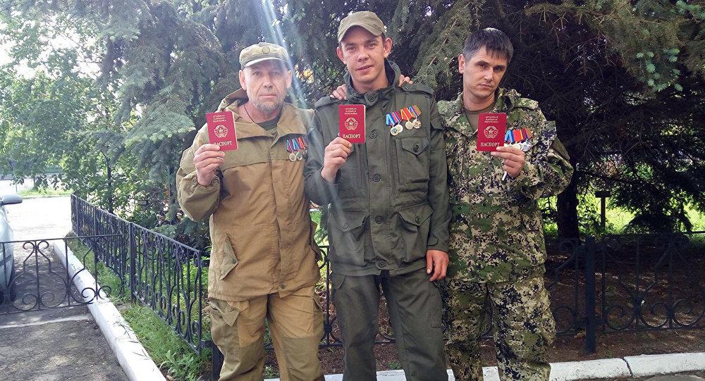 Новые граждане ЛНР позируют с паспортами