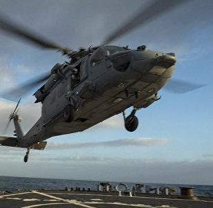 Sea Hawk (Jūras vanags) piezemējas uz raķešu eskadras kuģa klāja. Foto no arhīva