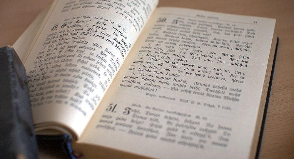 Лютеранская библия на латышском языке. Архивное фото