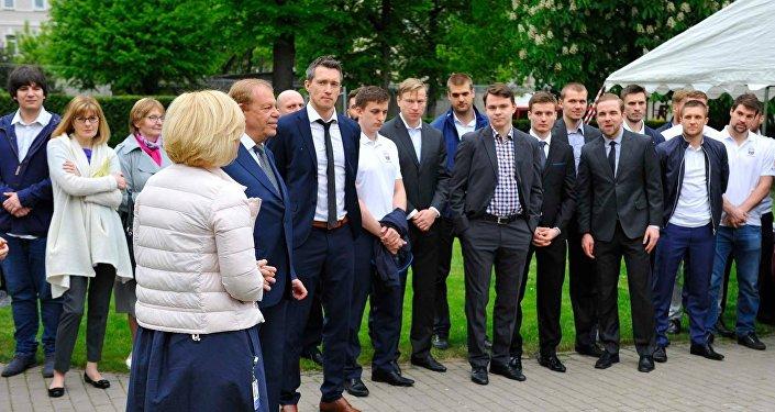 Nacionālās izlases komanda Latvijas vēstniecībā. Foto no arhīva