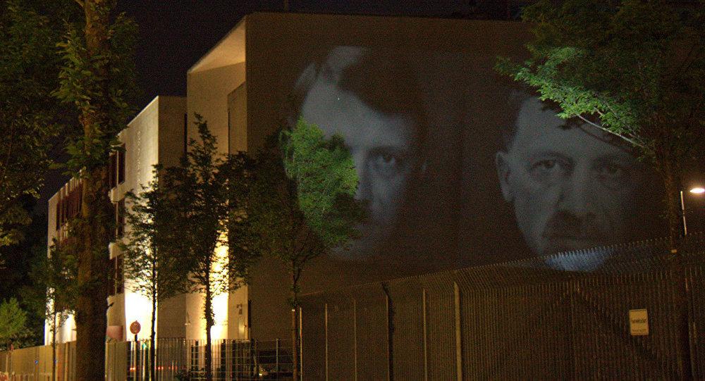 Фотографии президента Турции Эрдогана и Гитлера проецируются на посольство в Берлине