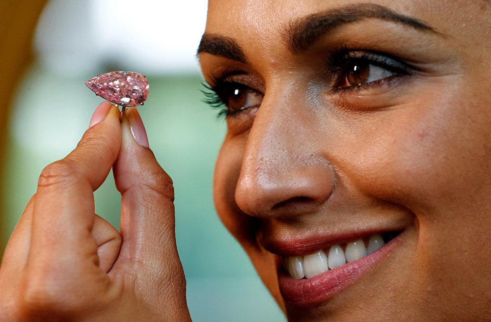 Крупнейший розовый бриллиант, известный как Уникальный розовый (Unique Pink)