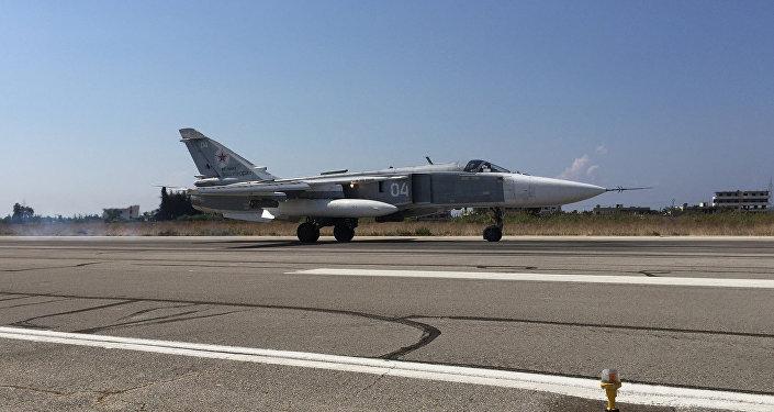 Бомбардировщик Су-24 взлетает с аэродрома Хмеймим в Сирии. Архивное фото