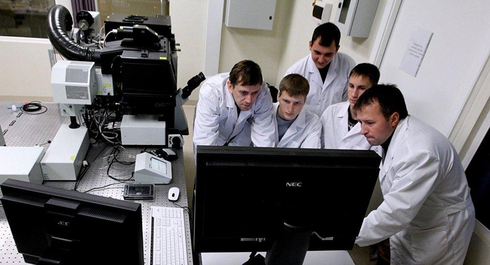 Zinātnieki laboratorijā. Foto no arhīva