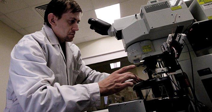 Ученый в лаборатории. Архивное фото