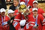 Игроки сборной Канады по хоккею с трофеем ЧМ-2016