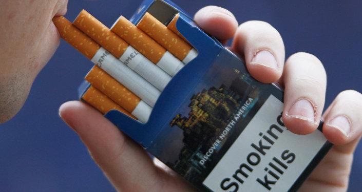 Надпись Курение убивает на пачке сигарет. Архивное фото