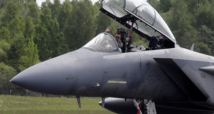Пилот истребителя F-15 Eagle на военной авиабазе в Лиелварде. Архивное фото