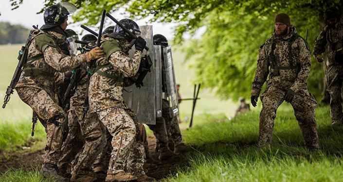 Солдаты латвийской армии во время учений в Великобритании