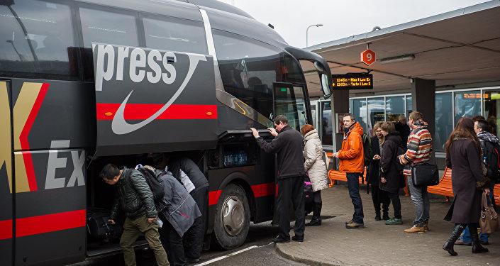 Посадка пассажиров в автобус фирмы Lux Express на автостанции Таллинна