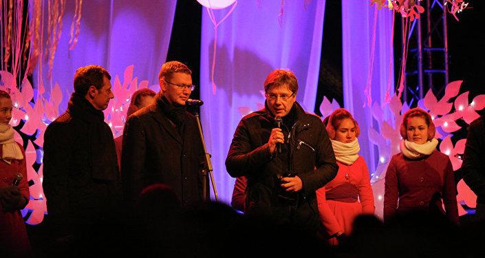 председатель Рижской думы Нил Ушаков, рижане и гости столицы зажгли праздничную ёлку на Домской площади