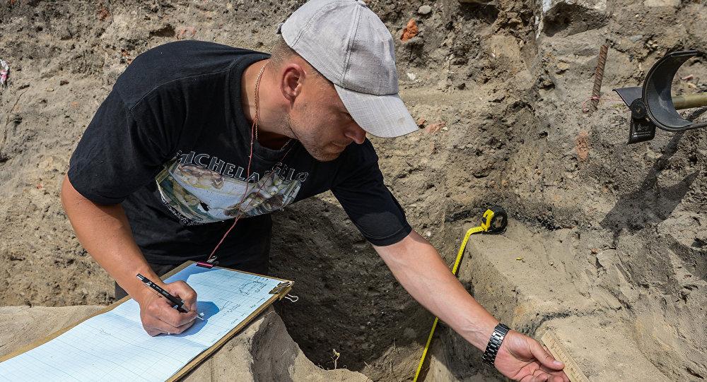 Археолог на раскопках, архивное фото