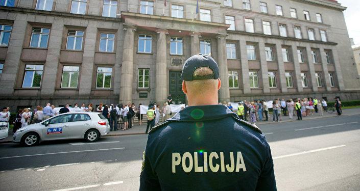 Полиция у здания Кабинета министров Латвии во время пикета медицинских работников