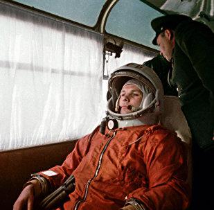 Космонавт Юрий Гагарин направляется в автобусе на космодром Байконур 12 апреля 1961 года