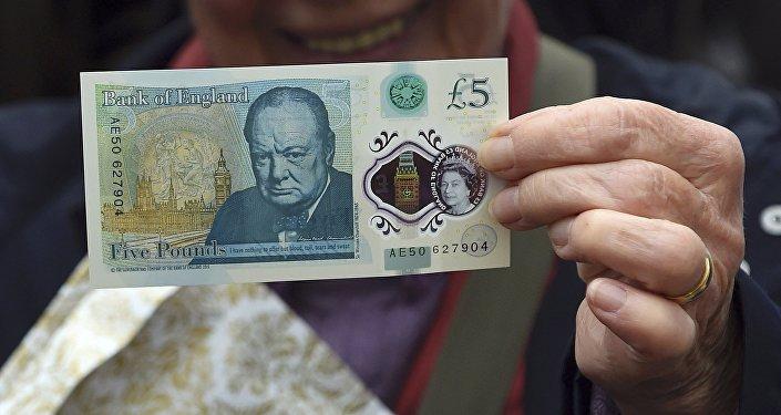 Новая пластиковая 5-фунтовая банкнота.