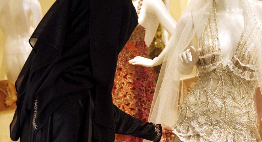 Musulmaņu meitene veikalā pie kāzu tērpa. Foto no arhīva