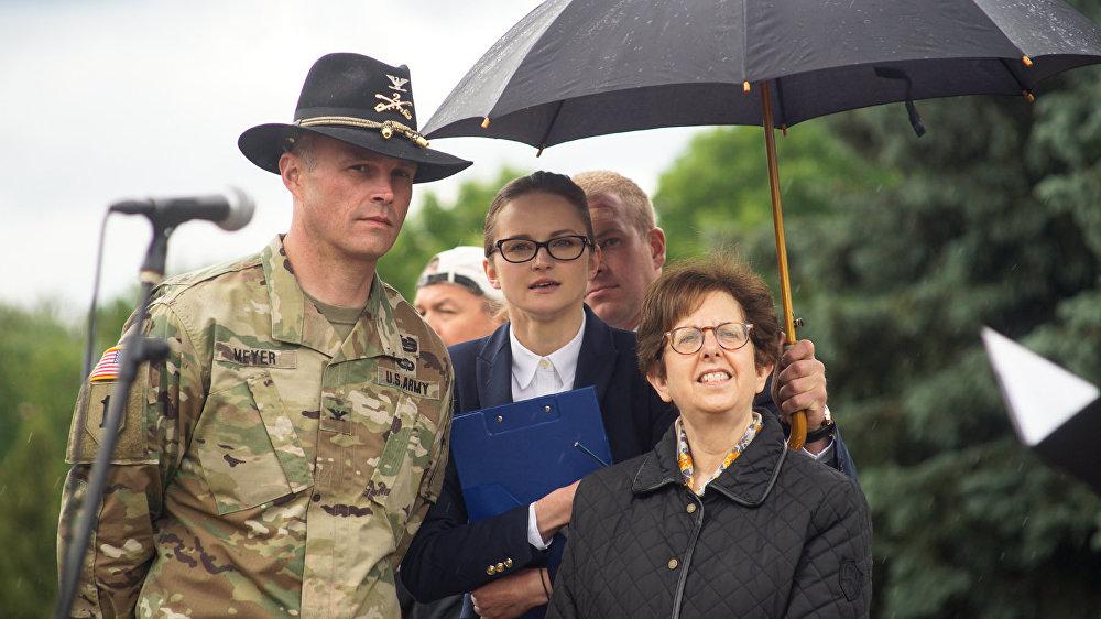 Amerikāņu karavīrus Daugavpilī sveica ASV vēstniece Nensija Petita.