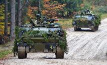 Militārā tehnika mācību laikā. Foto no arhīva