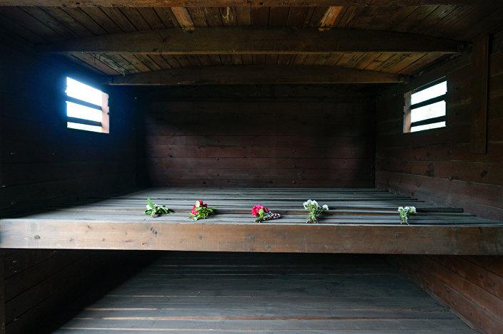 Мемориал памяти жертв коммунистического террора на станции Торнякалнс в Риге. В таких вагонах 14 июня 1941 года в самые отдалённые районы СССР вывезли 15000 жителей Латвии