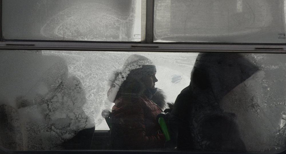 Пассажиры в автобусе, архивное фото