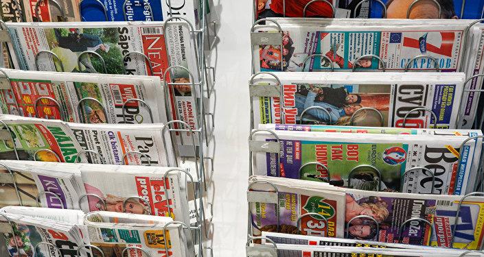 Латвийская пресса в магазине. Архивное фото