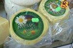 Традиционные сыры (Янов сыр), выставленные на рынке в Риге