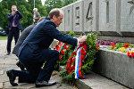 Посол России в Латвии Александр Вешняков во время церемонии возложения венков к памятнику Воинам-Освободителям