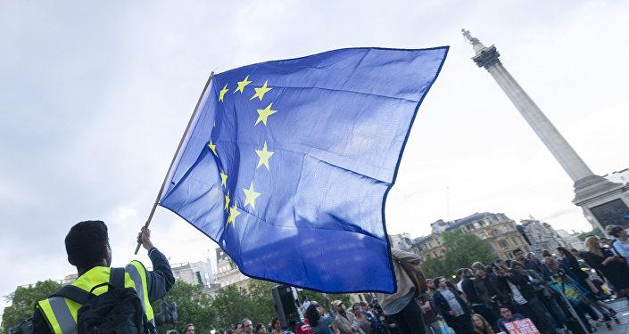 Lielbritānijas dalības Eiropas Savienībā atbalstītāji mītiņa laikā Trafalgara laukumā. Foto no arhīva