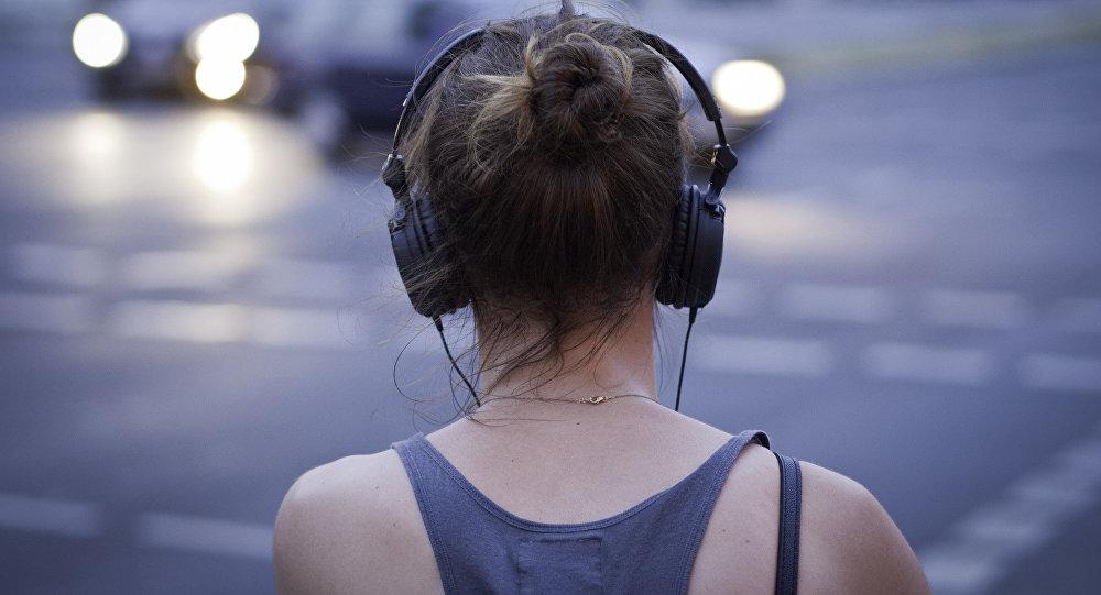 Слушай музыку. Архивное фото
