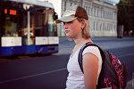 Девушка на остановке